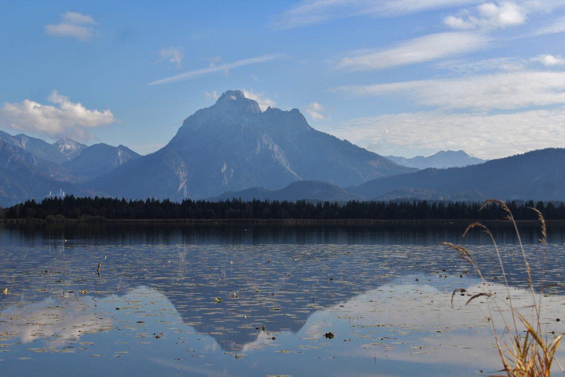 See mit Blick auf einen Berg in den Alpen