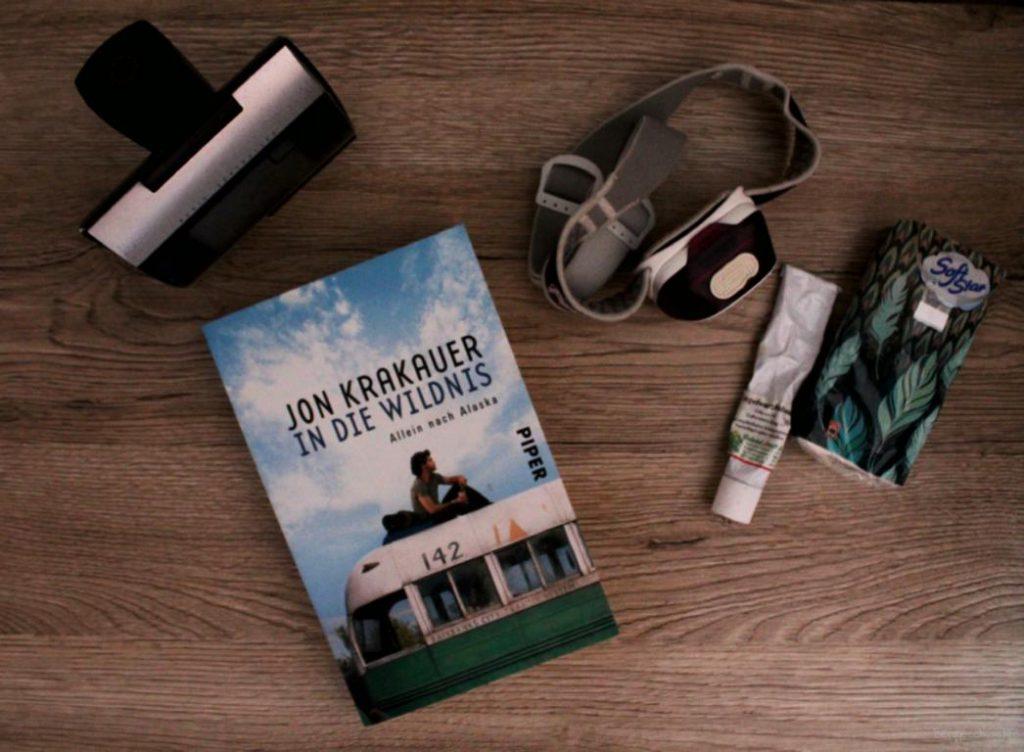 Nachttischschrank mit Buch In die Wildnis von Jon Krakauer