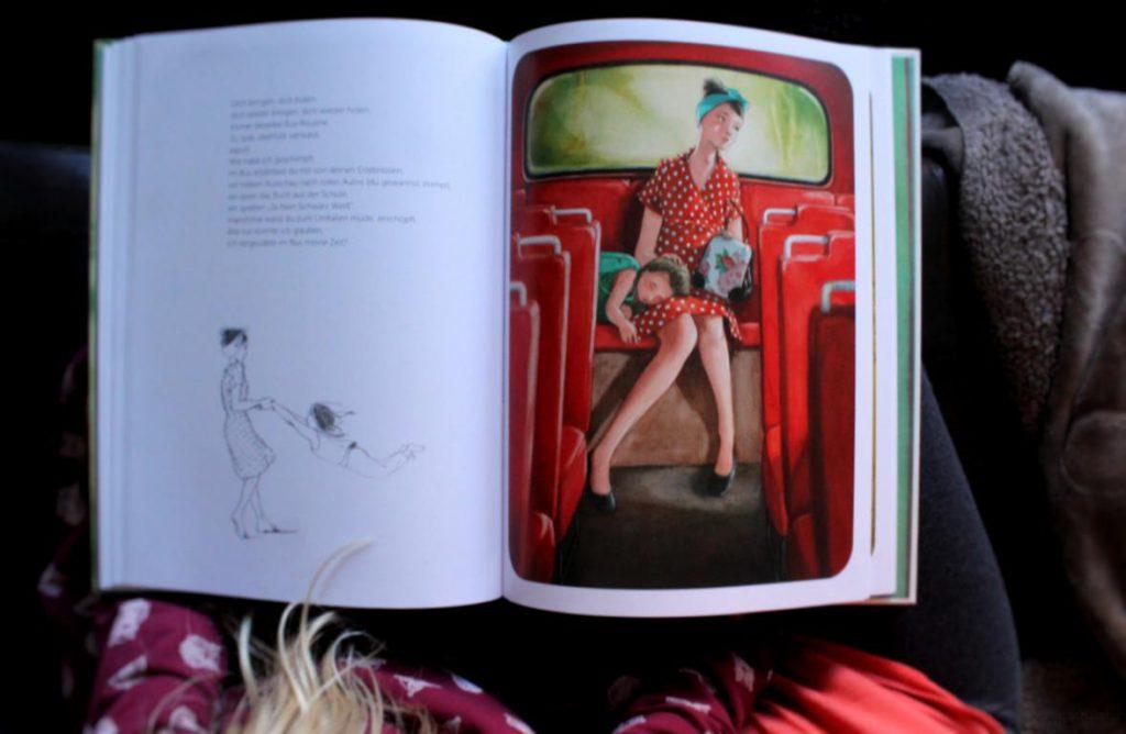 Ein aufgeklapptes Buch liegt auf dem Schoß einer Frau und ihrer Tochter. zu sehen ist ein Text und eine Illustration einer Frau mit ihrer Tochter im Bus aus dem Kinderbuch Mama von arsEdition