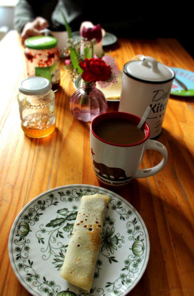 Frühstück mit Pfannkuchen / Eierkuchen und Kaffee