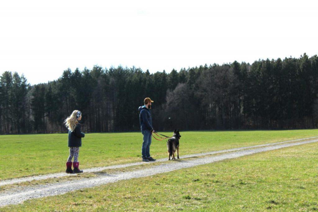 Spazierengehen mit einem Hund aus dem Tierheim Beckstetten