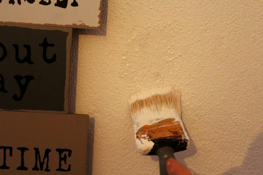 Wand weiß streichen mit einem Pinsel