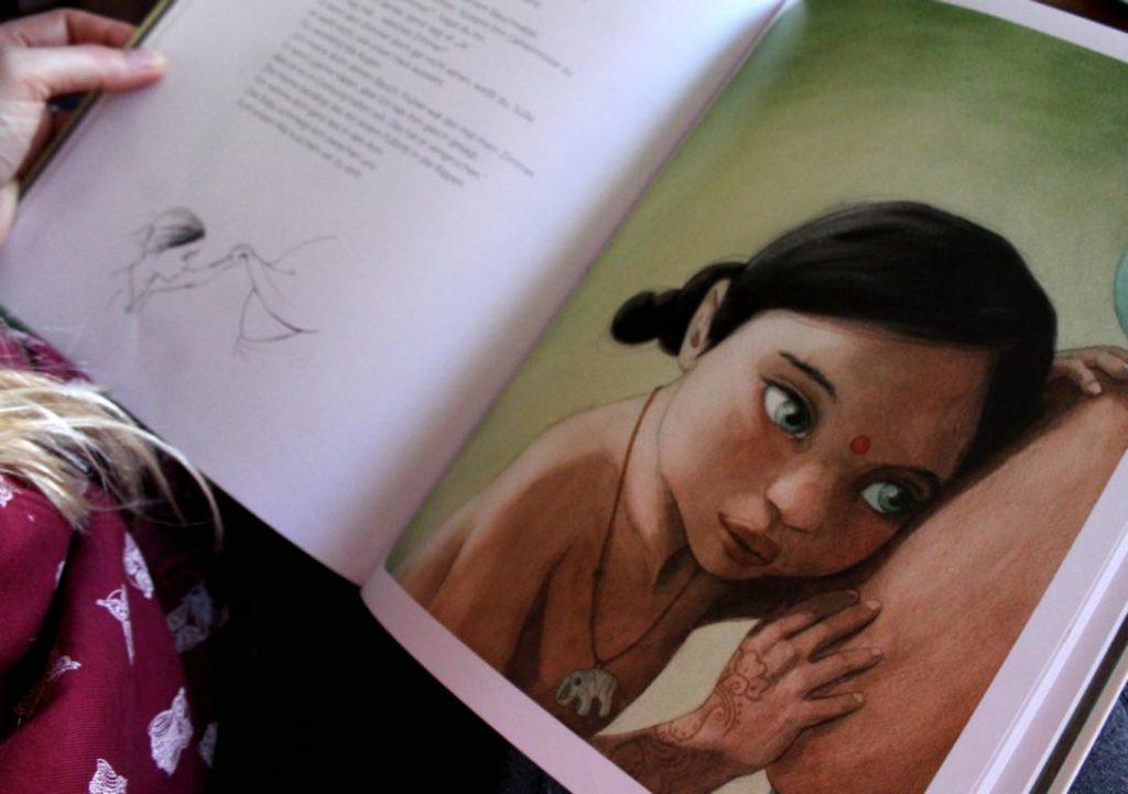 Kleinkind hört am Bauch der schwangeren Mutter, eine Illustration aus dem Buch Mama von arsEdition