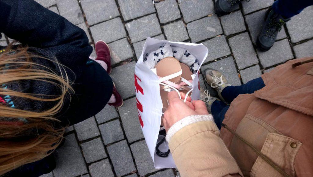 von oben auf eine Einkaufstasche fotografiert