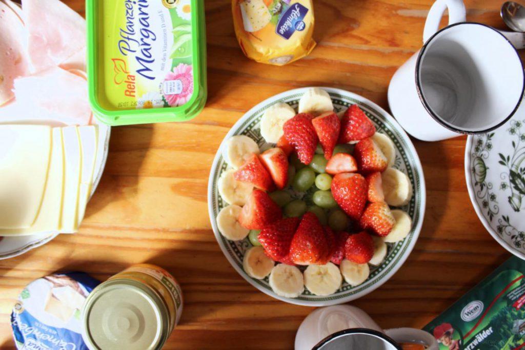 Frühstückstisch mit Obstteller