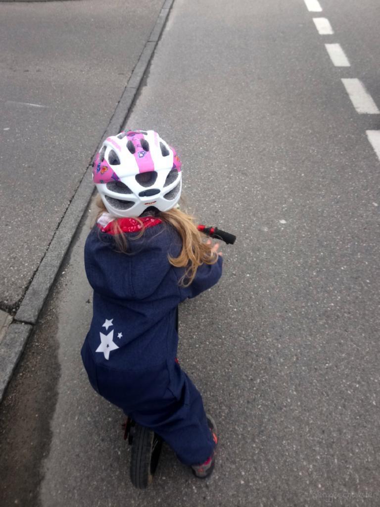 Kind fährt mit Laufrad