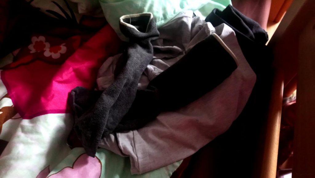 Sachen auf einem Bett für den Schultag