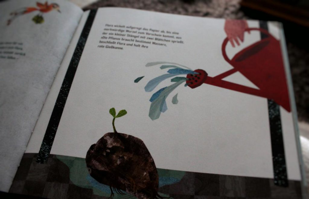 Seite aus dem Kinderbuch Floras Dschungel: Flora gießt die Wurzel