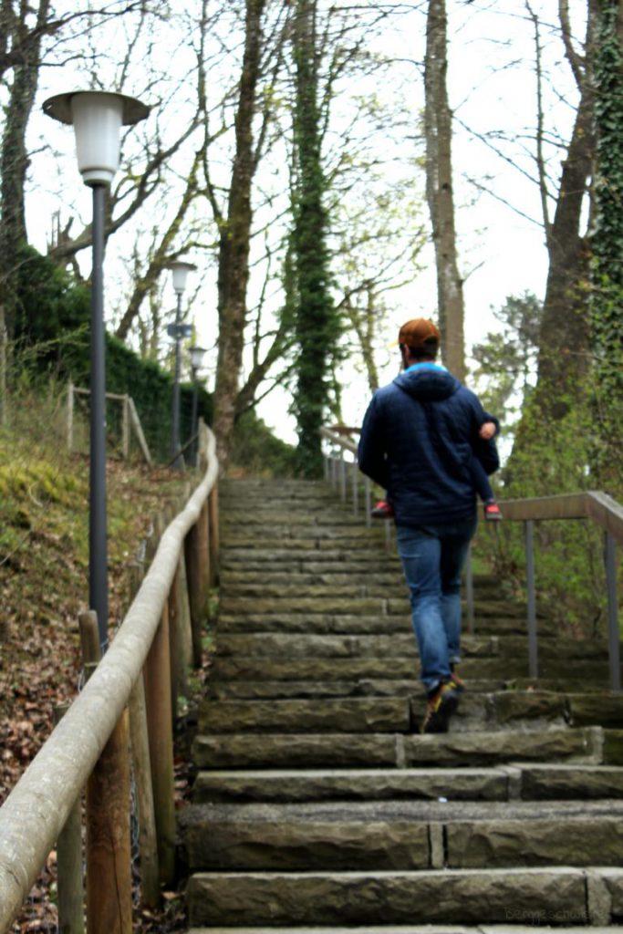 Mann streigt Treppen in einem Park hoch