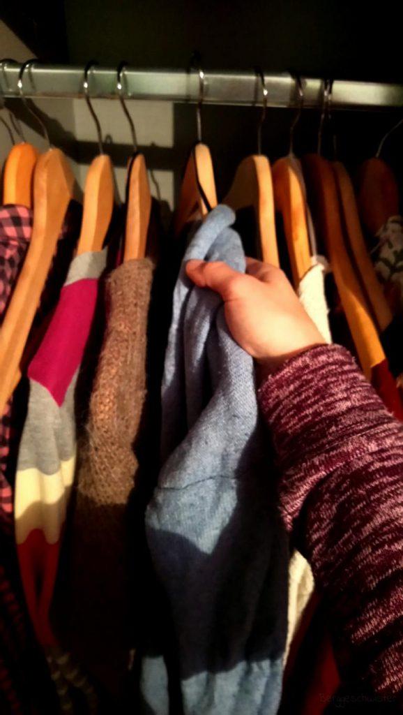Strickjacken in den Schrank gehängt