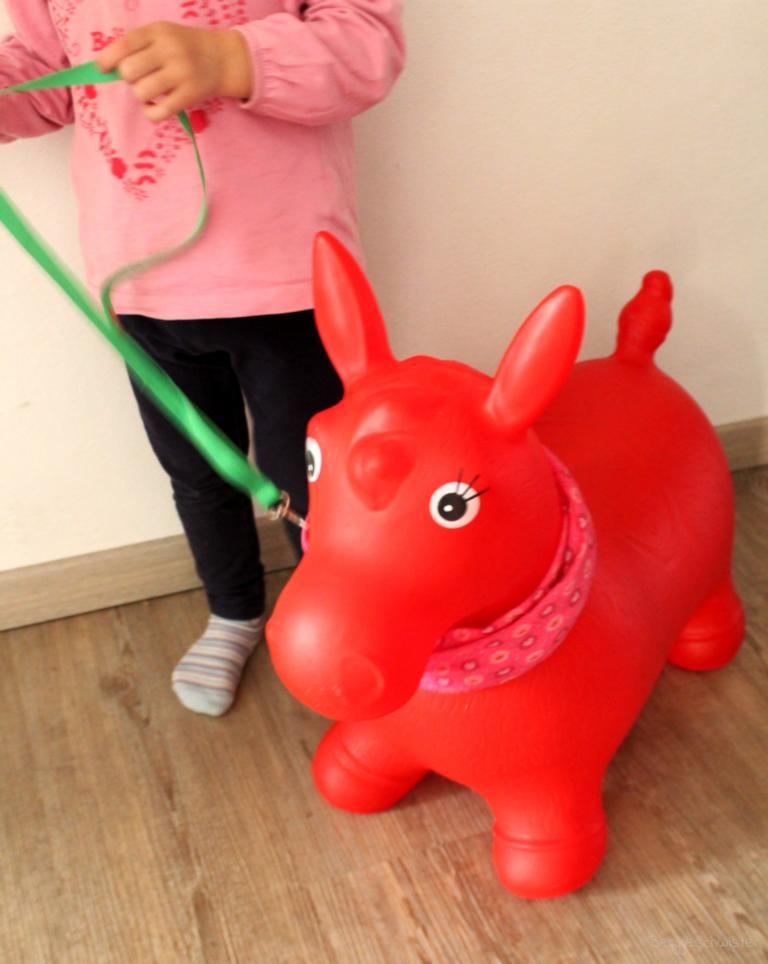 rotes Hüpfpferd