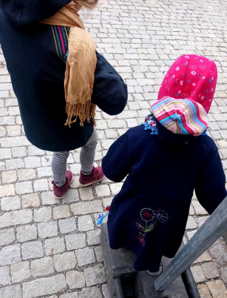zwei Mädchen warten an einer Straße