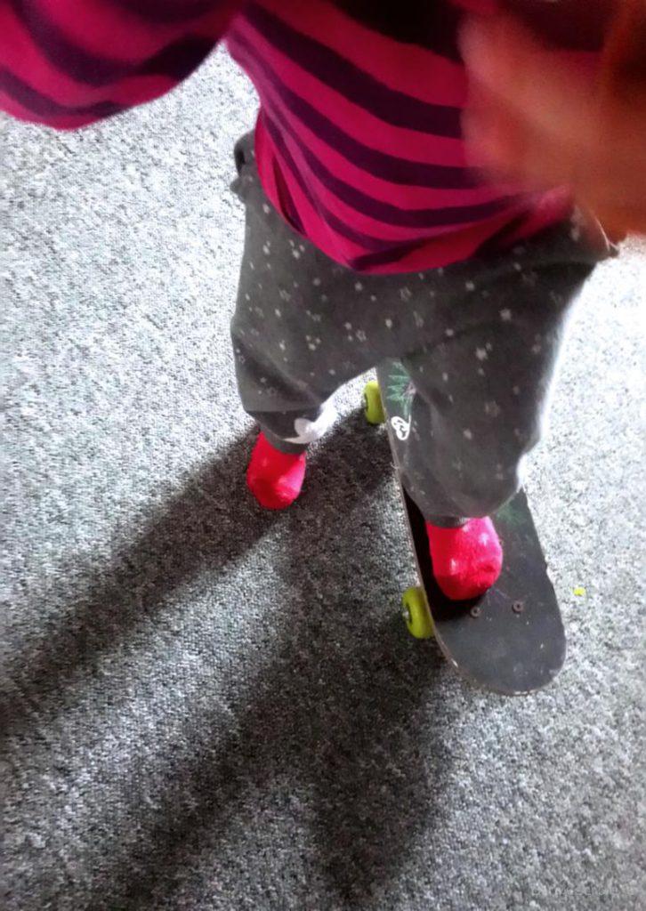 Kind fährt Miniskateboard