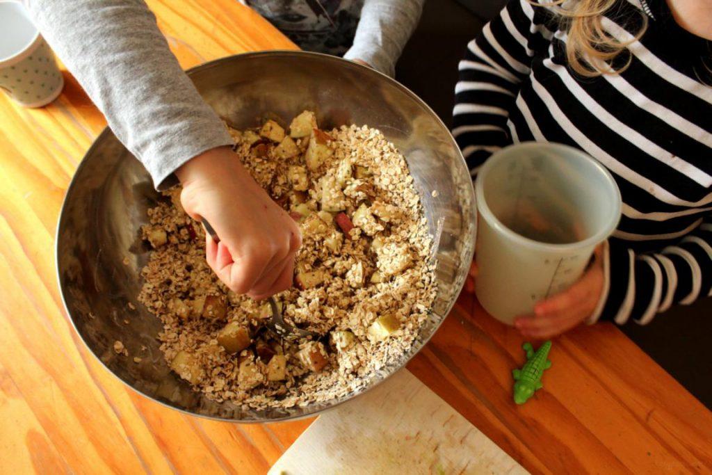 Kinder rühren Teig in einer großen Schüssel