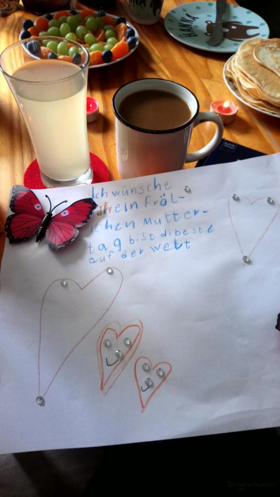 Frühstückstisch und selbstgemachte Muttertagskarte