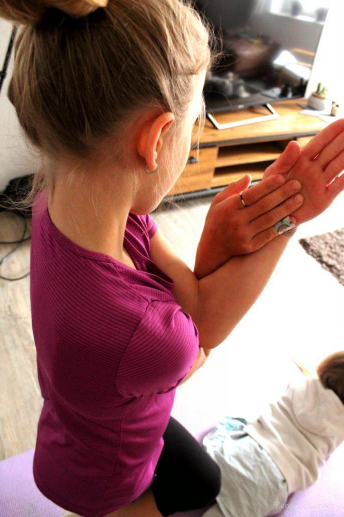 Kind macht den Adler - Yogastellung
