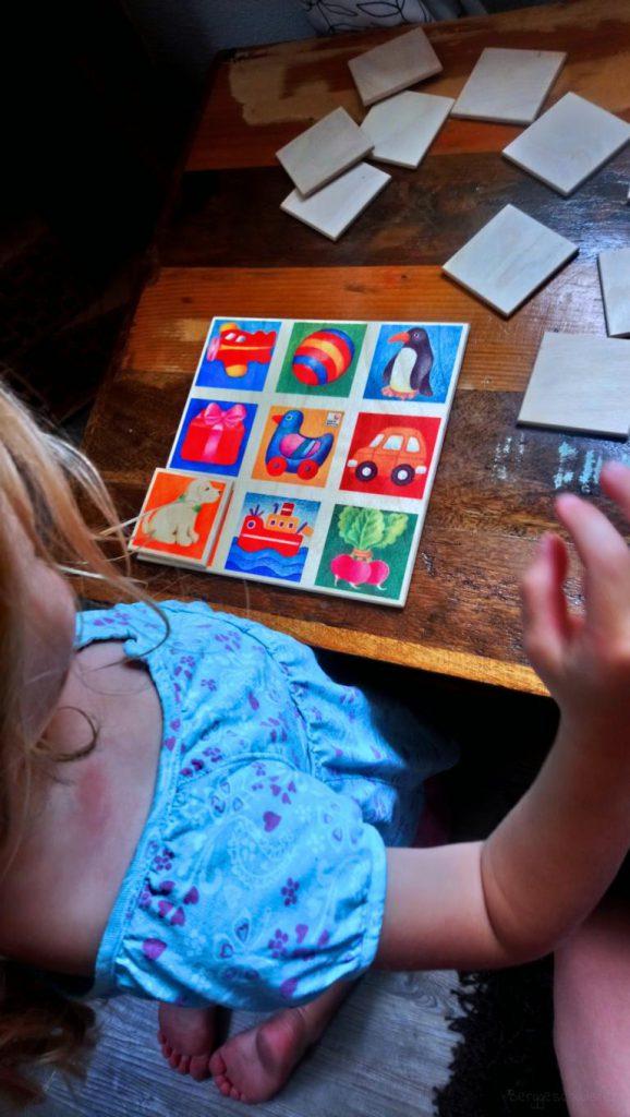Mädchen spielt Bilderlotto