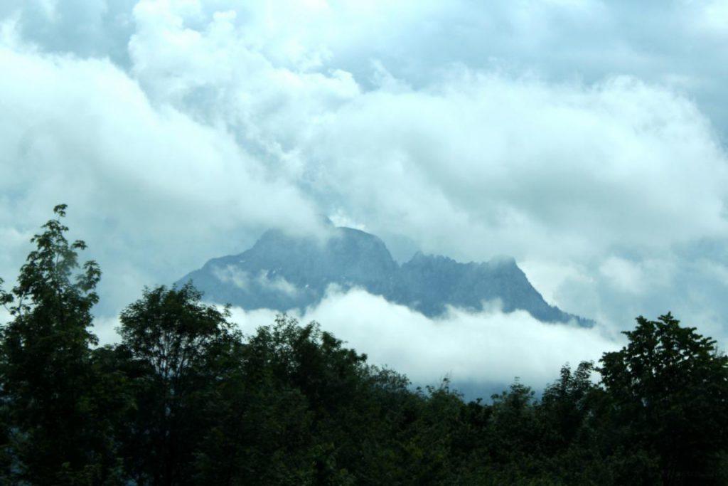 Der Säuling bei Füssen, umhüllt von Wolken