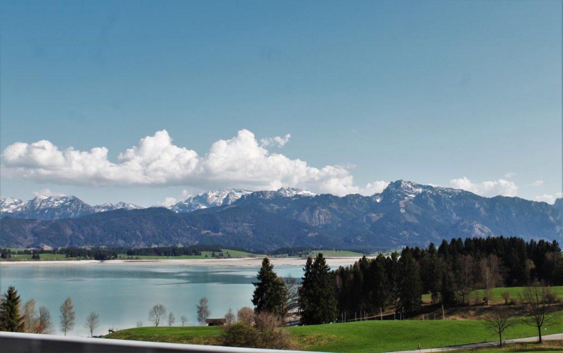 Blick auf die Alpen im Ostallgäu und auf den Forggensee