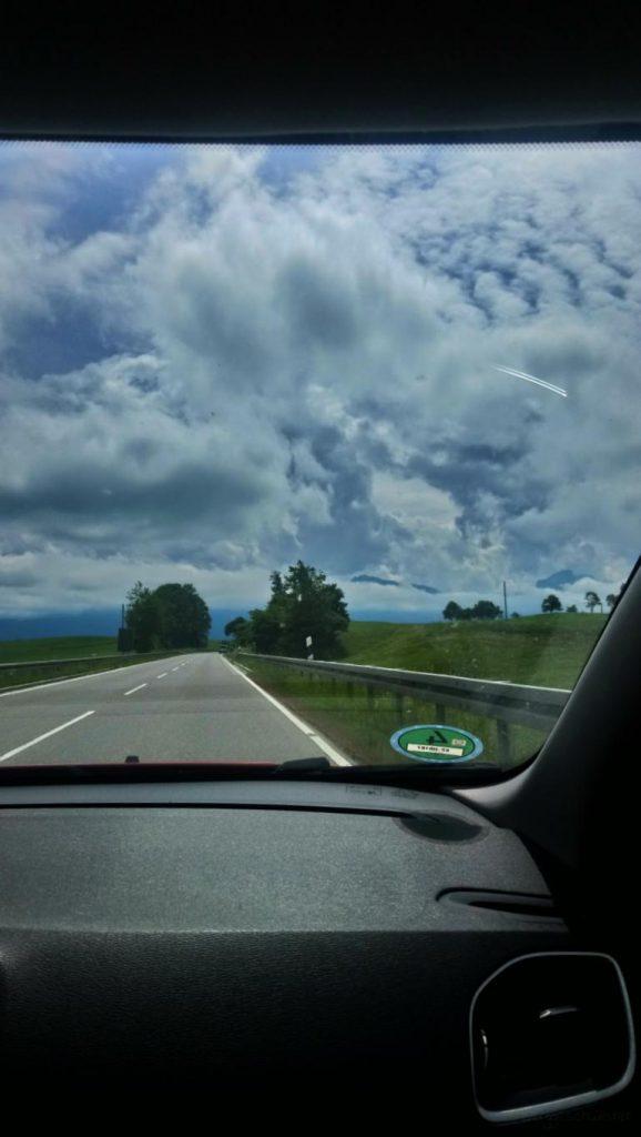 Blick aus dem Autofenster auf die Alpen