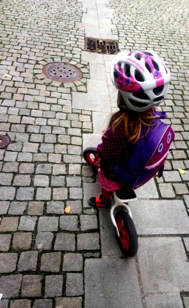 Mädchen auf Laufrad