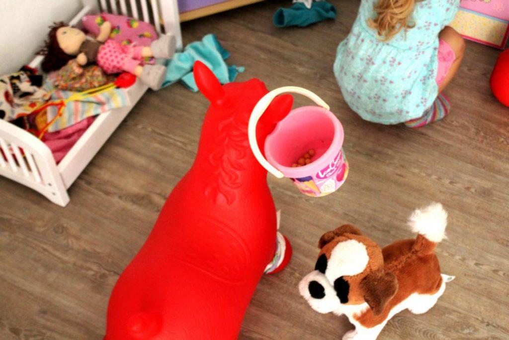 Mädchen spielt in einer Puppenecke