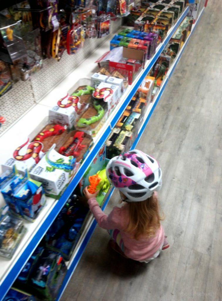 Mädchen in Spielzeuggeschäft