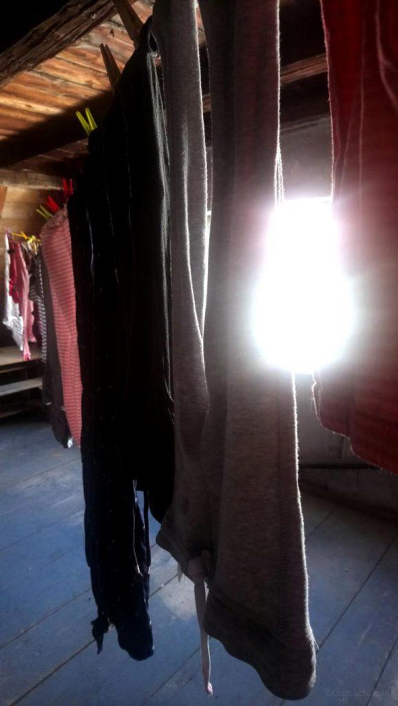 Wäsche auf der Wäscheleine im Dachboden am Wochenende trocknen