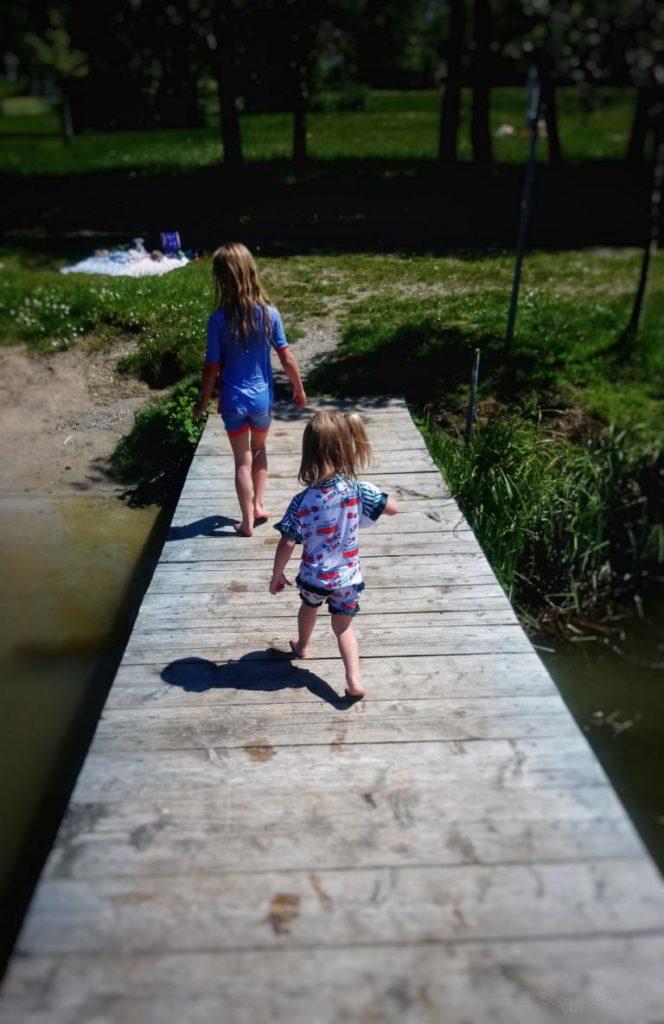 zwei Mädchen laufen auf einem Steg entlang