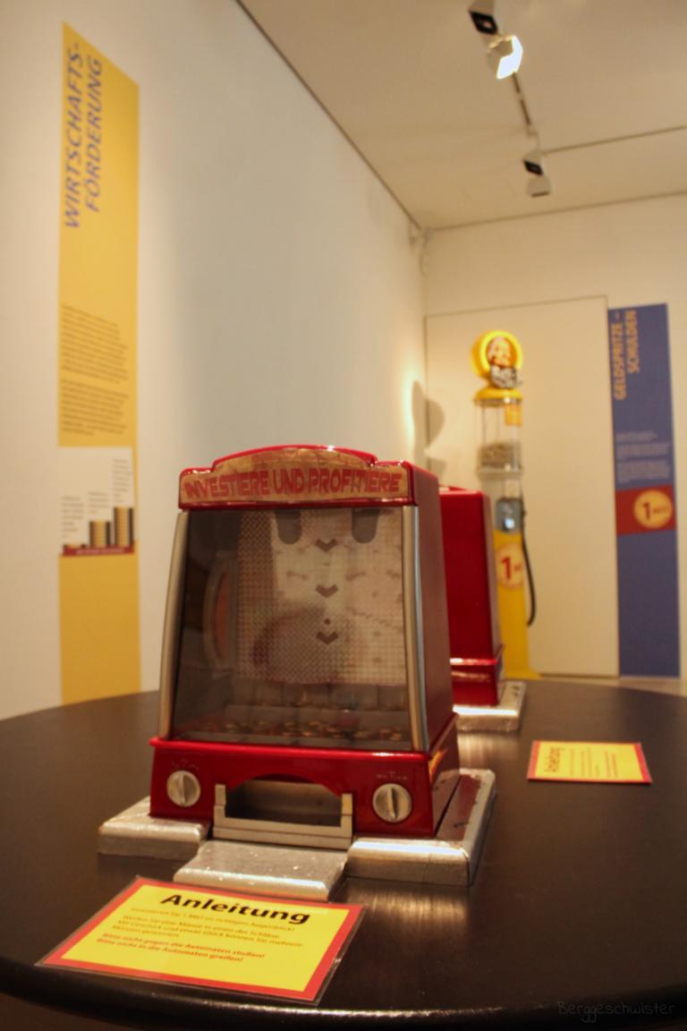Maschine Investiere und Profitiere im Stadtmuseum Kaufbeuren Sonderausstellung Macht udn Millionen