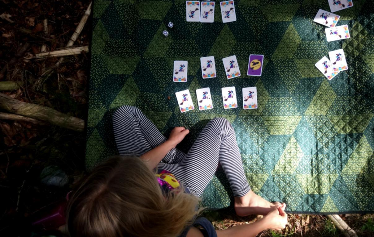Mädchen spielt im Wald Hexe Tiere...wer fehlt denn hier?