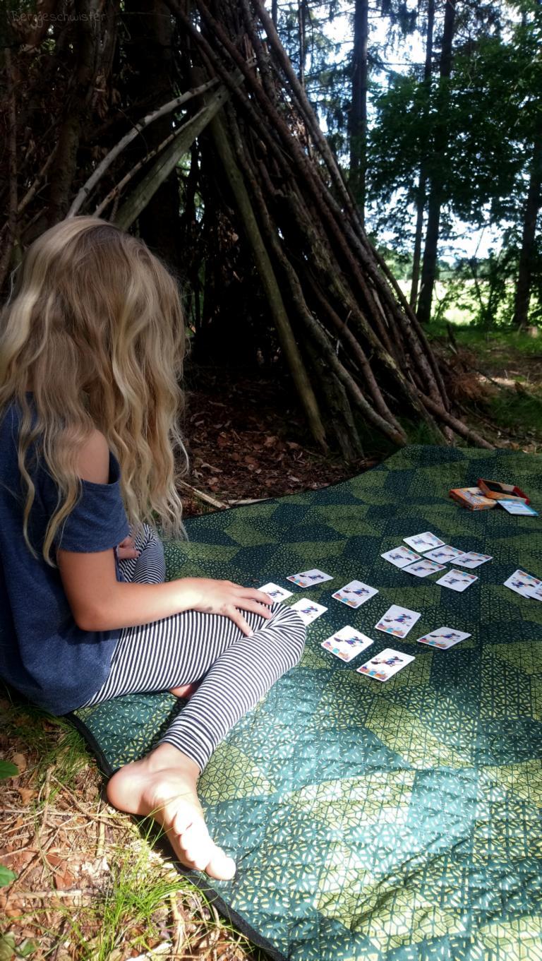 Mädchen mit Picknickdecke im Wald