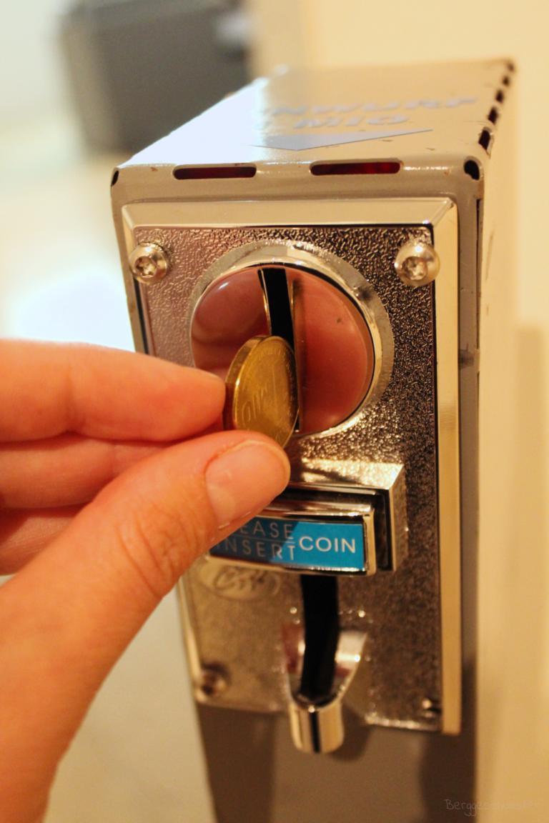 Spielgeld in einen Automaten werfen im Stadtmuseum Kaufbeuren