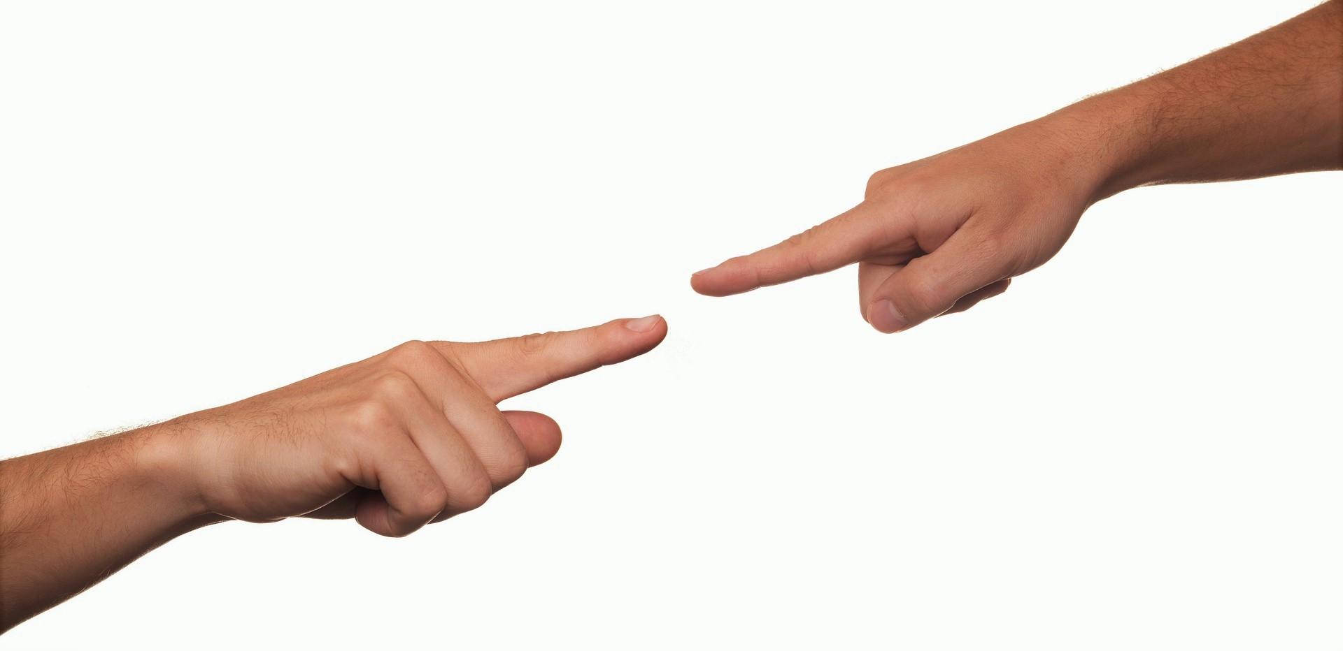 zwei Finger, die aufeinander deuten