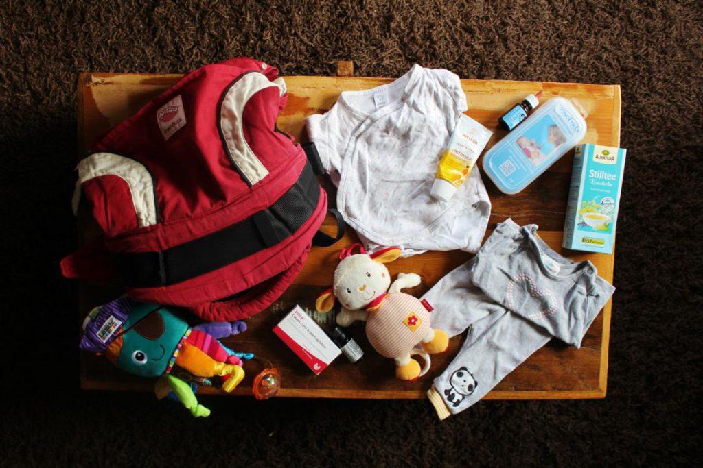 Tisch mit Baby Erstausstattung