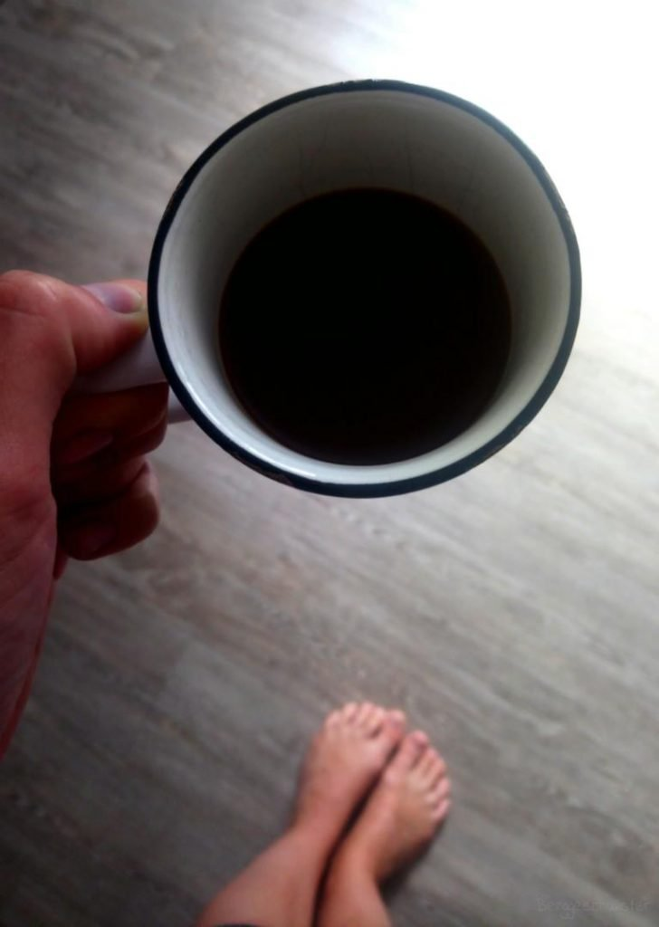 Kaffeetasse in einer Hand