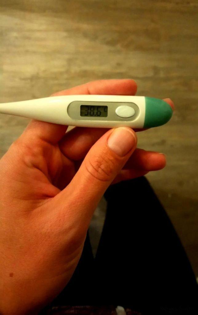 Fieberthermometer zeigt Fieber an