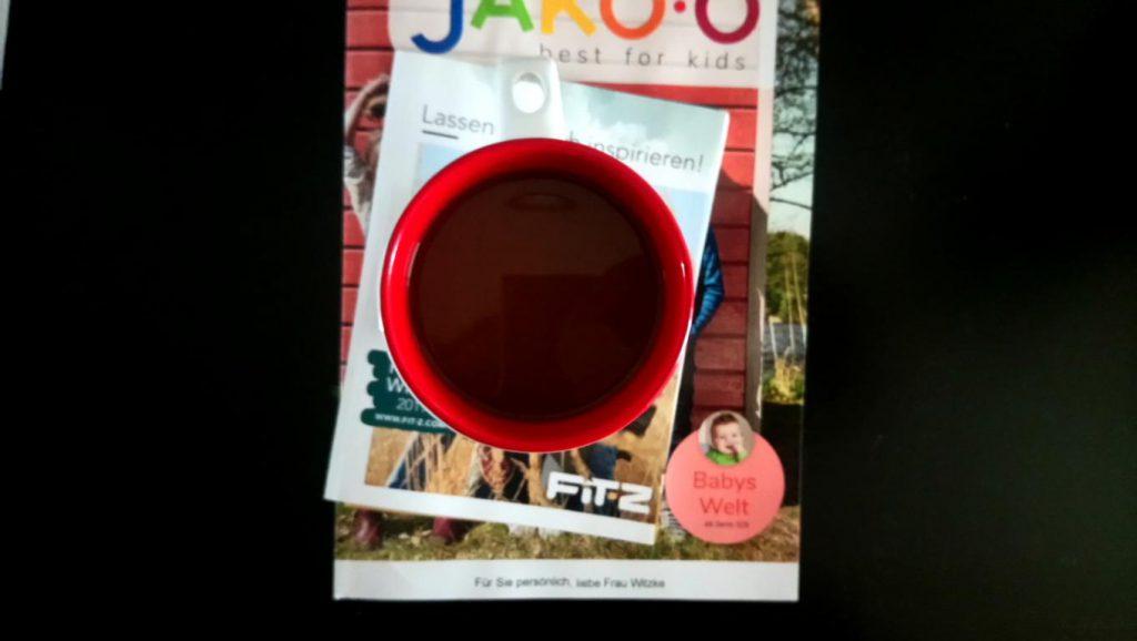 Eine Tasse Kaffee auf einem Katalog