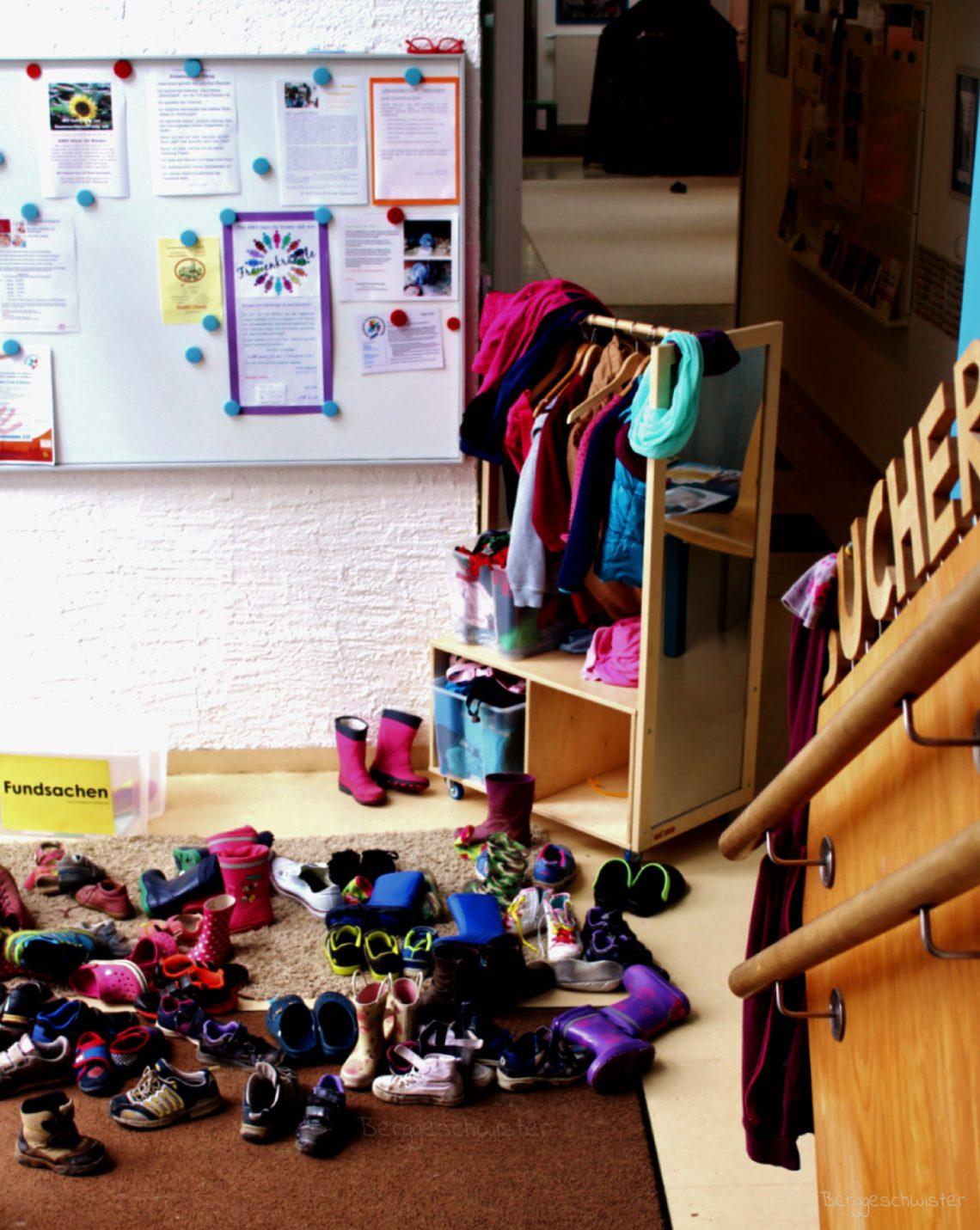 Eingangsbereich im Kindergarten mit vielen Schuhen