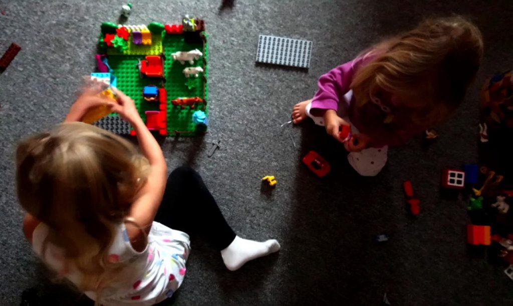Kinder spielen mit Lego Duplo
