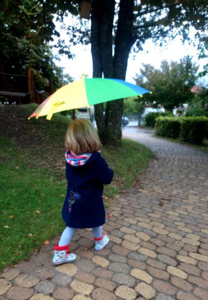 Mädchen mit Regenschirm im Kindergarten