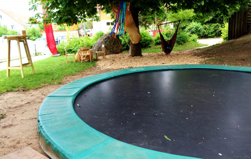 Trampolin im Kindergarten Garten