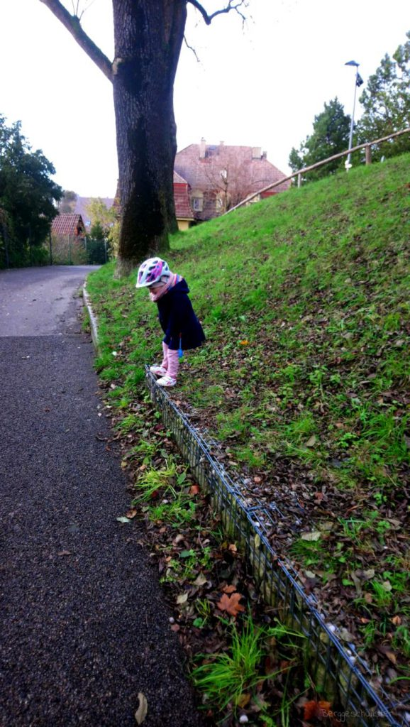 Mädchen springt von Mauer