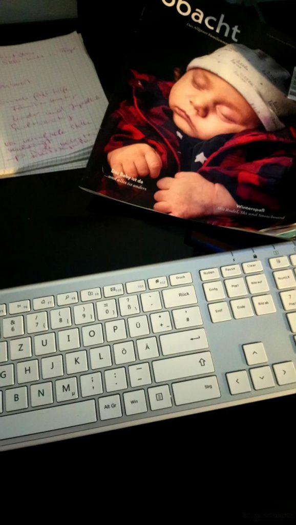 Schreibtisch mit Zeitung