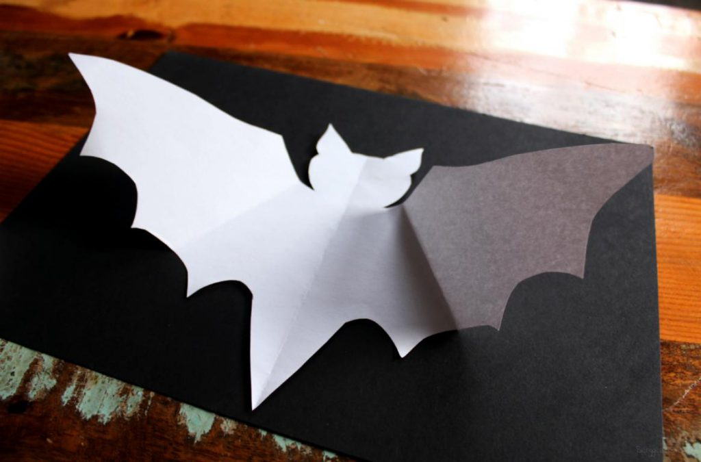 Vorlage einer Fledermaus auf schwarzem Karton