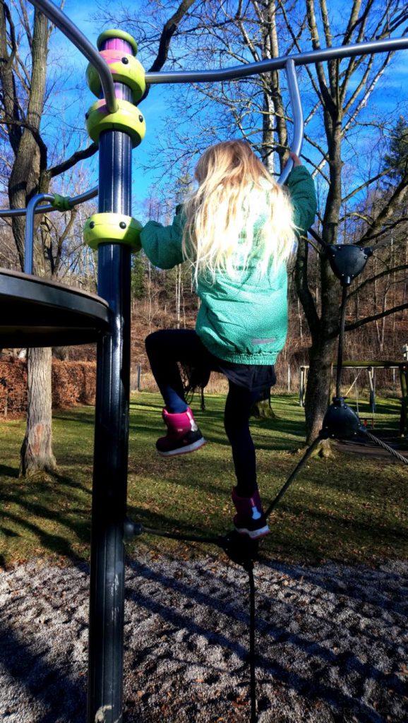 Mädchen auf einem Klettergerüst