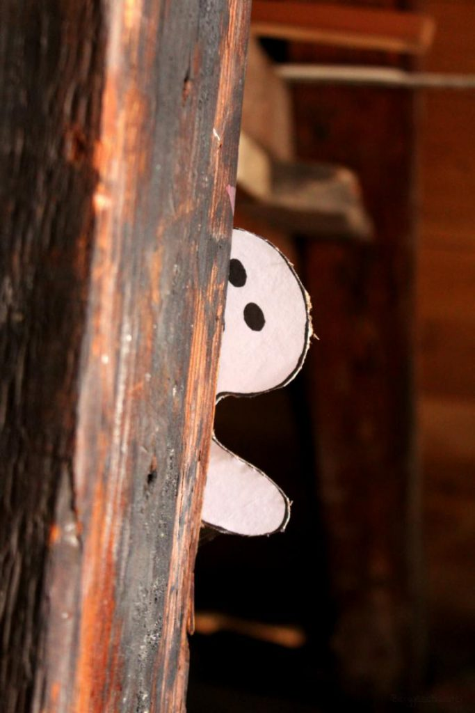 Gespenst hinter enem Dachbalken