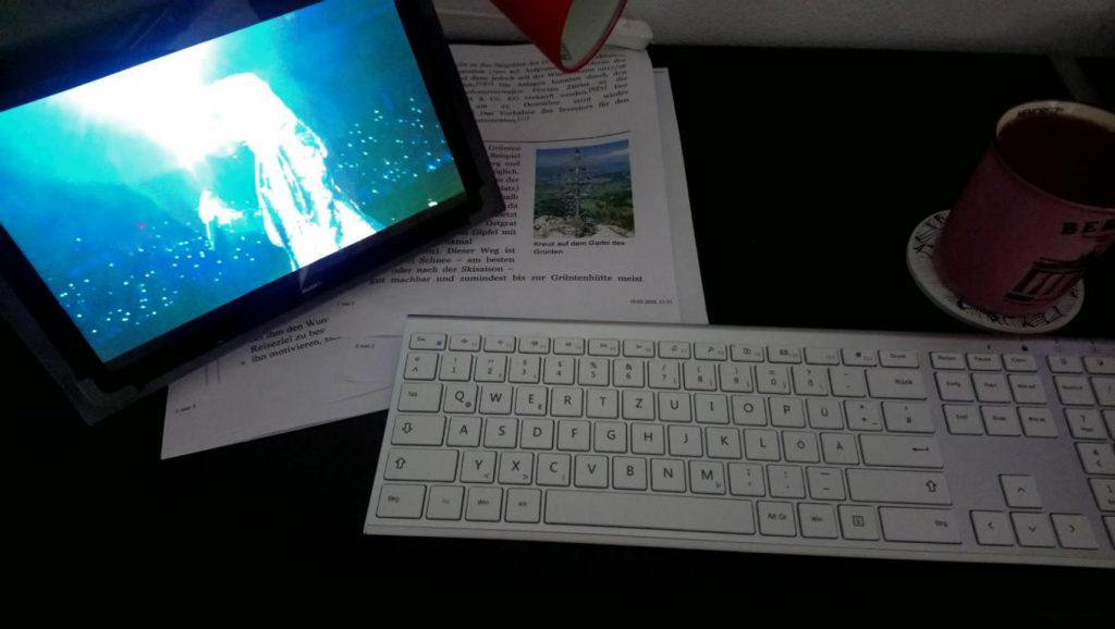 Schreibtisch mit Tabel und Tastatur
