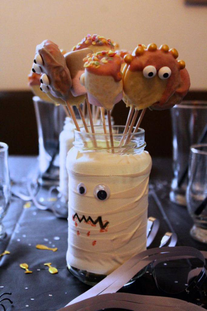 Glas voller Marshmallowmonster und Monsterkeksen