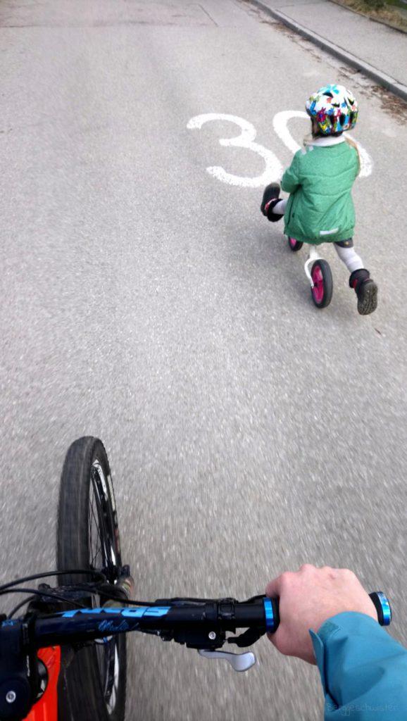 Kind beim Laufradfahren